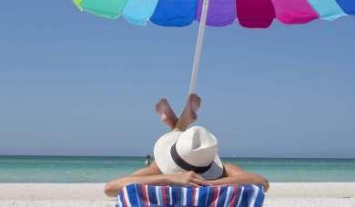 Sonnenbaden, Sonnenschutz mit Hut und Schirm; besser bräunen und keine Sonnenallergie mit guter Ernährung.