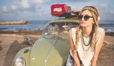Frau mit Sonnenbrille am Meer