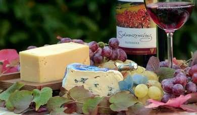 Abends viel fetter Käse und Wein kann Sodbrennen verursachen